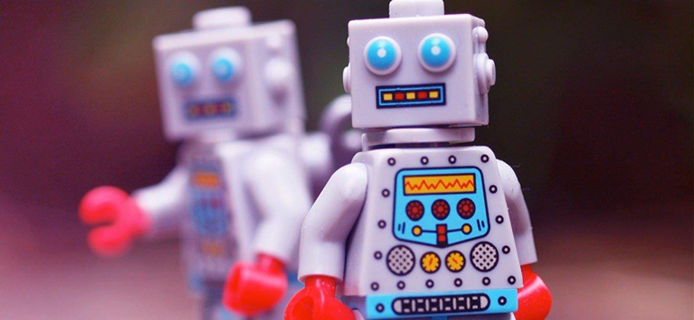 Dois robôs de brinquedo