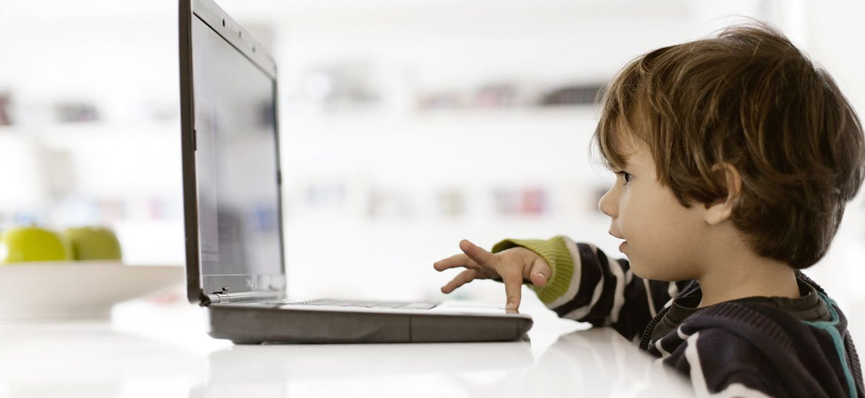Criança usando o computador