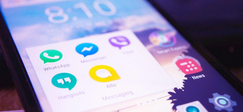 Smartphone mostrando diversos aplicativos de chat
