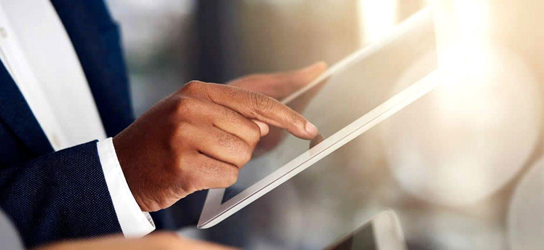 Homem de terno usando um tablet