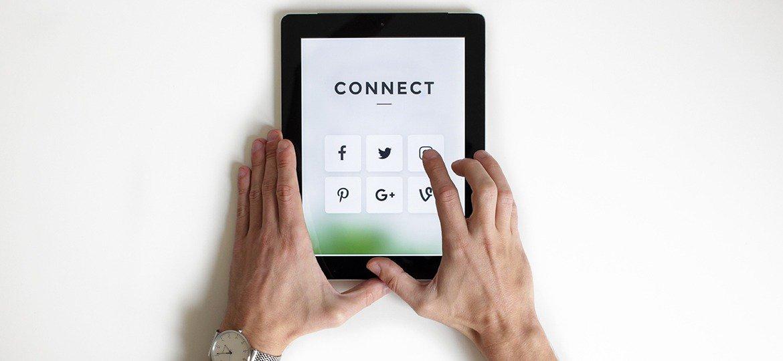 Homem usando mídias sociais em um tablet