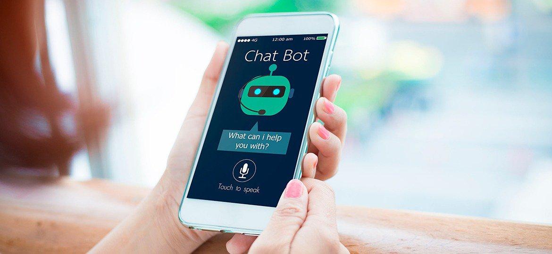 Pessoa usando um chatbot em seu smartphone
