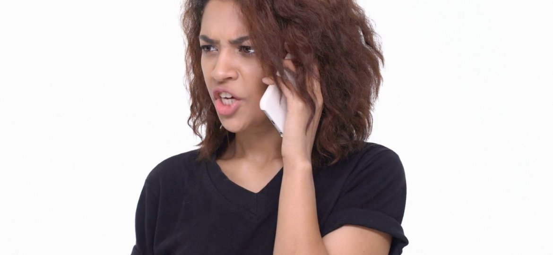 Mulher nervosa ao telefone