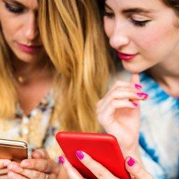 Duas mulheres usando seus smartphones