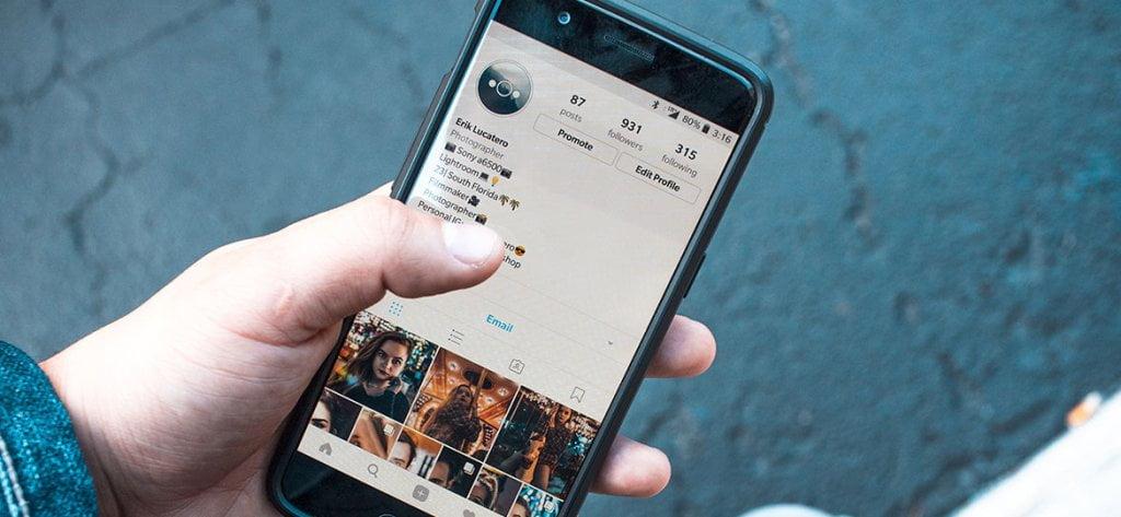 Pessoa usando o Instagram em seu smartphone