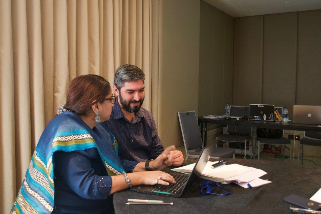Anu Puri, uma das líderes da UNICEF na Índia, e Leandro Neves em treinamento para o uso do U-report.