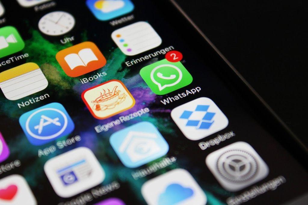 tela de celular com logos de aplicativos